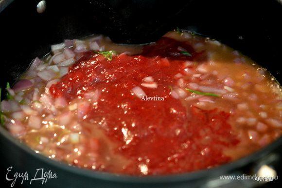 Добавить готовый клюквенный соус 1/2 стакана , перемешать и тушить еще 5 мин.