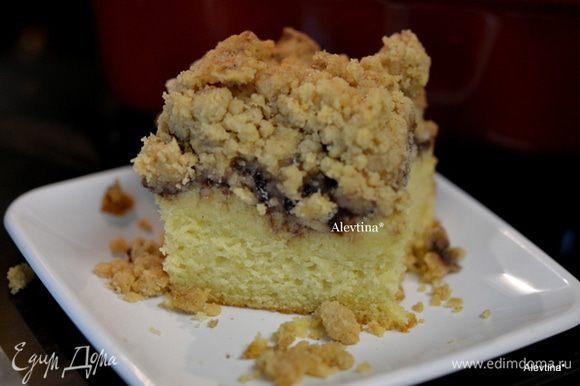 Готовый кекс слегка остудим. По желанию посыпаем сахарной пудрой. Разрезаем по порциям и подаем к столу теплым. Кофейные кексы могут хранится до 5 дней при комнатной тем-ре.