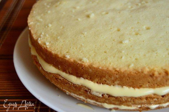 Собираем торт. Нижний и средний коржи пропитываем сиропом, затем все коржи смазываем лимонным кремом. Верхний корж можно присыпать какао.