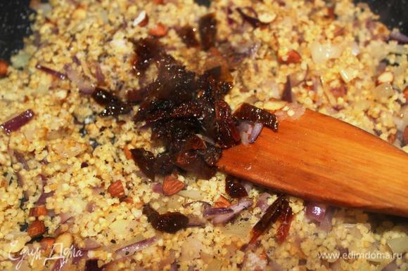 Вливаем пару ложек коньяка (можно пропустить этот шаг), приправляем тимьяном, мускатным орехом, перцем и нарезанными помидорками. Солим по вкусу и перемешиваем. Даем фаршу немного остыть, а пока разогреваем духовку до 180 градусов.