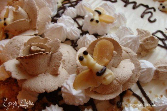 Верхний корж покрываем только сметанным кремом. Бока смазыть обильно сметаной и посыпать измельченными обрезками. Из черного и белого шоколада я сделала пчелок. Вставила в мягкий шоколад листика из миндаля, и отправила их в морозилку. Розочки сделала из кондитерских сливок.