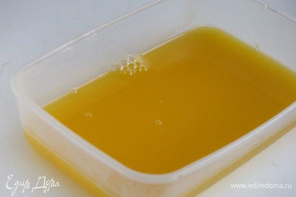 Добавить оставшийся сок, размешать, налить в контейнер и поставить застывать в холодильник минут на 30.