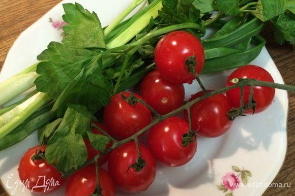 Помидоры черри и зеленый лук вымыть, лук измельчить, а помидоры разрезать на половинки. Выложить к тыкве зеленый лук и помидоры черри, снова отправить в духовку. Запекать овощи еще 15-20 минут до мягкости тыквы.