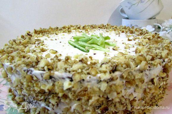 Собрать пирог, обмазать оставшимся кремом, украсить порубленными орехами, оставить минимум на 6 часов в холодильнике для пропитки. Правда - красивый!!! Совсем как тортик!!!