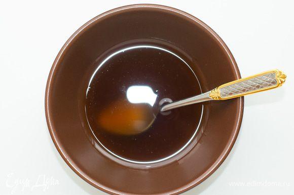 Заправка: смешать ореховое масло, соль, перец, орегано. Дать настояться минут 10.