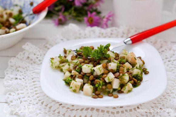 В салатнике смешать грушу, чечевицу и порезанную зелень петрушки. Полить заправкой. Перемешать и подать к столу. Приятного аппетита!