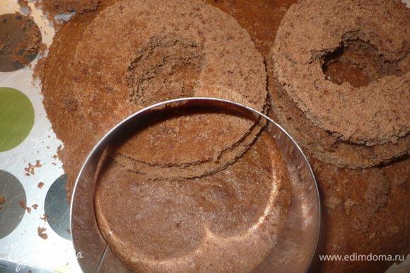 Печем еще один корж для кружки, берем только половину порции. Кольцом вырезаем круги.