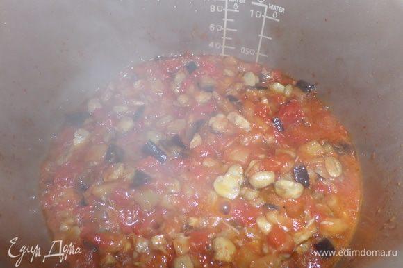 Овощи (грибы, баклажан ) почистить,промыть,обсушить и мелко порезать. Затем поочередно обжарить на масле в течении 15 мин. Томаты также порезать кусочками. Соединить овощи и томатный сок от помидоров, перемешать, добавить специи и тушить еще минут 10.