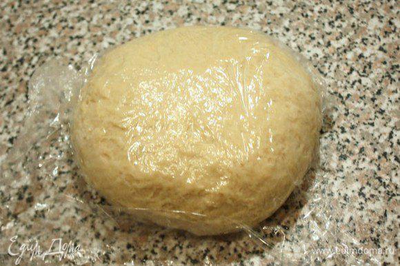 В одной миске смешать воду, молоко, ваниль и яйцо, в другой муку, сахар, соль и дрожжи. Жидкие ингредиенты добавить к сухим и смешивать миксером на маленькой скорости 5 минут. Затем добавить масло и смешивать ещё 5 минут, пока тесто не станет гладким. Завернуть тесто в пищевую плёнку и охладить в течении 20 минут.
