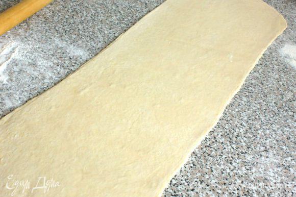 Тесто раскатать в пласт шириной 24 см и разрезать вдоль на 2 полосы по 12 см. Пока работаете с одной полосой, вторую накройте пищевой плёнкой.