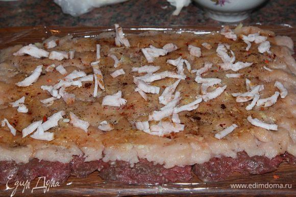 очень мелко нарезаем сало и распределяем его по поверхности мясного пласта