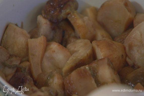 Замороженные белые грибы разморозить (жидкость, которая останется от грибов, сохранить).