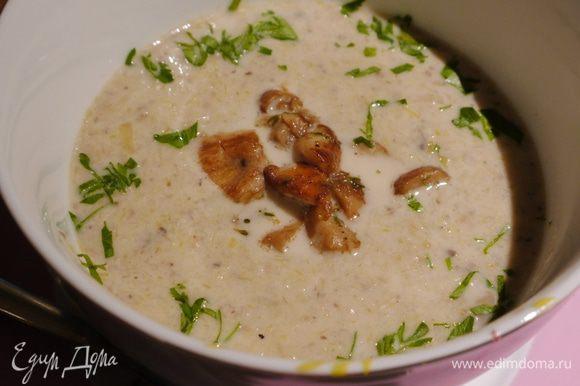 Суп разлить в тарелки, добавить обжаренные белые грибы с тимьяном и посыпать петрушкой.