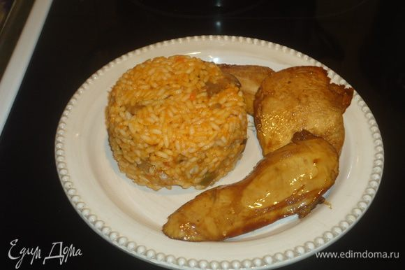 Ставим вариться рис засыпаем в кастрюлю и наливаем воду. Солим по вкусу до готовности.