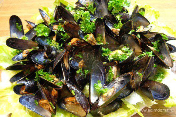 Залить мидии соусом и посыпать рубленой зеленью петрушки. Подавать на блюде, используя листья салата в качестве подложки. Часть соуса стечет вниз на листья салата и получится еще вкуснее! Приятного аппетита!