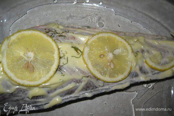 Выкладываем нашу рыбку на противень с растительным маслом, сверху кладем кусочки лимона. У меня рыба весом 700 грамм (именно такая хорошо помещается в мой противень), поэтому я ее ставлю в духовку на 30 минут. Если рыба крупнее, то дольше времени нужно, если меньше, соответственно и времени меньше.