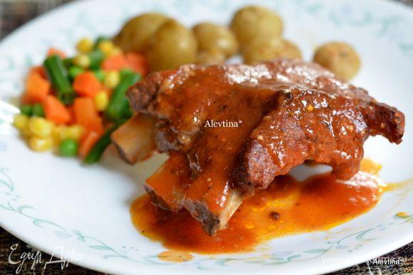 Готовые ребра подаем в томатном соусе, вкусно, несложно - нежное мясо на ребрышках.