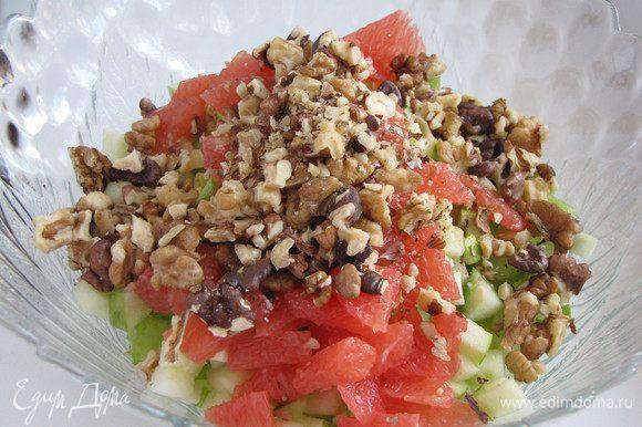 Добавить грейпфрут к салату. Грецкие орехи поджарить на сухой сковороде до золотистого цвета. Остудить, крупно порубить и соединить с остальными ингредиентами.
