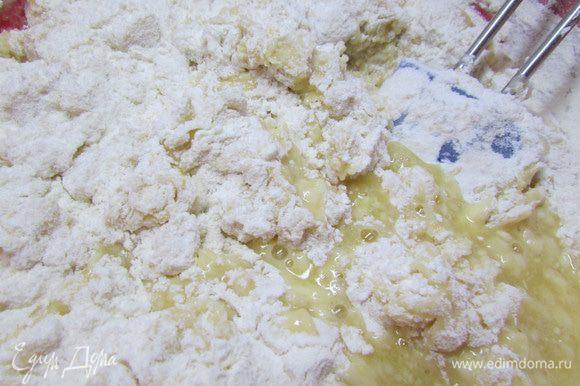 Добавить муку, ванильный сахар и замесить тесто. Тесто хорошо вымесить, оно должно отходить от стенок емкости. По необходимости в тесто добавляем еще муки. Но оно не должно быть крутым.