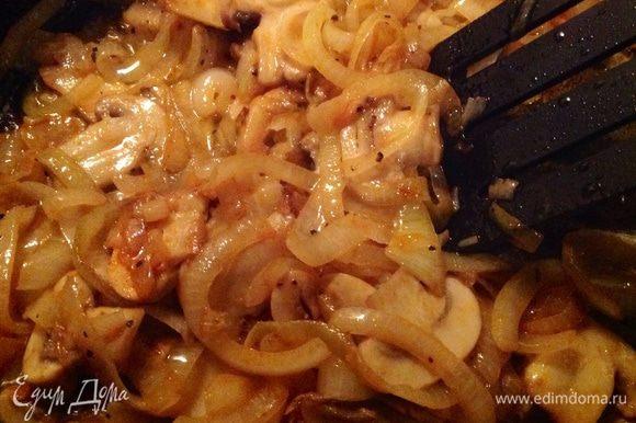 На сковородку налить растительное масло и добавить 50 грамм сливочного масла Выложить сначала туда крупно порезанный лук и немного обжарить, потом добавить крупно порезанные грибы и снова обжарить.