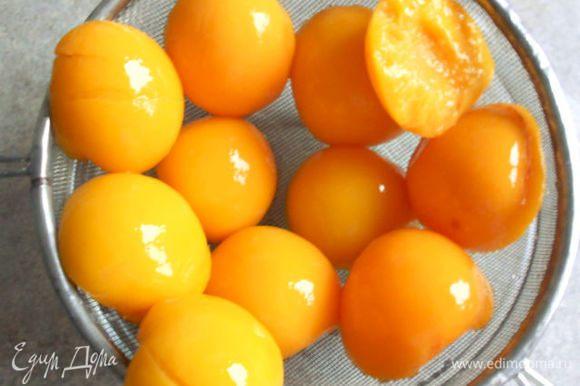 Персики из банок выложить на сито и обсушить. 8 одинаковых половинок отложить в сторону.