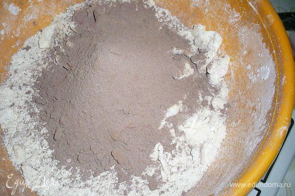 Холодный маргарин (при желании можно заменить маслом) растираем руками с мукой и сахаром до образования крошки. Затем добавляем сухой шоколадный крем, яйцо и замешиваем тесто.