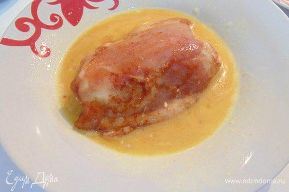 В одной тарелке взбить яйцо. В другой смешать пармезан с панировочными сухарями. Куриные бедра обмакнуть сначала в яйце.