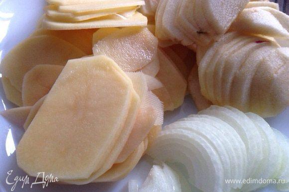 Для начинки: Яблоки (1-2шт.) и картофель (2-3шт.) вымыть, очистить, нарезать тонкими слайсами. Лук (не большой) полукольцами.