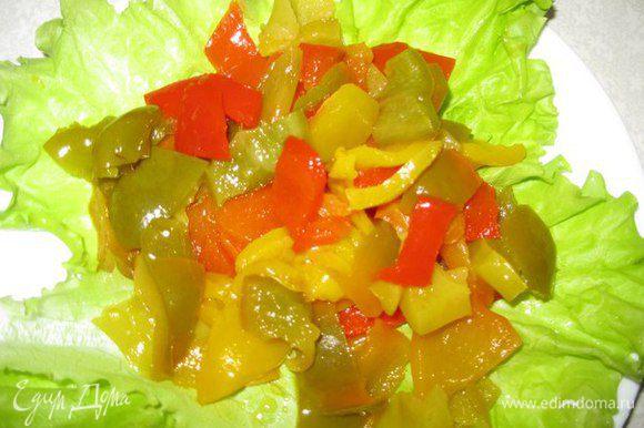 Перец можно еще мельче порезать, перемешать с заправкой и выложить на листья салата.