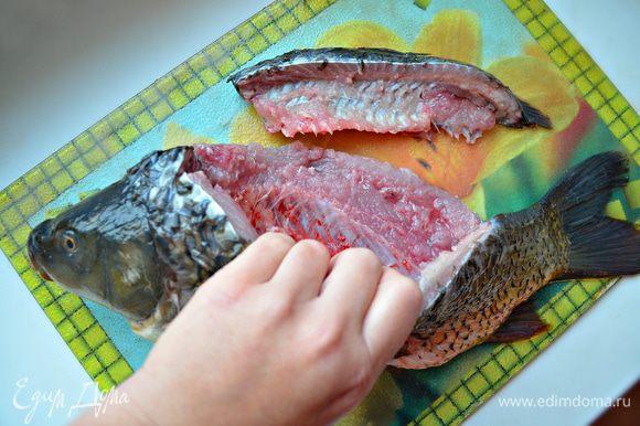 Хорошо промойте рыбу. Слегка посолите снаружи и внутри, поперчите.