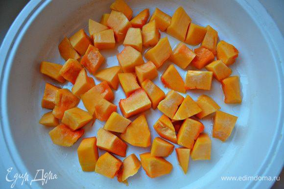 В качестве гарнира к карпу приготовим тыкву. Для этого порежьте её кубиками. Обжарьте тыкву на оливковом масле 5 мин, затем подсолите, влейте немного воды и тушите еще 10 мин, периодически помешивая.