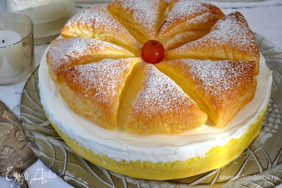 Готовый торт украсить треугольничками из слоеного теста... Проведя по краю формы теплым сухим ножом, аккуратно извлечь торт из формы!