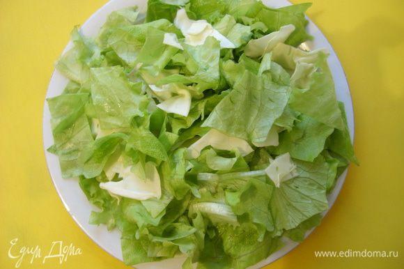 Листья салата нашинковать и посолить,смешать с курицей.