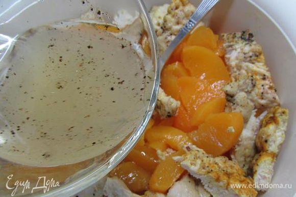 В салатник выложить все ингредиенты (кроме фисташек). Залить заправкой, при желании можно присолить и добавить чуть-чуть сахара. Заливку регулируйте по своему вкусу. Всё хорошо перемешать.