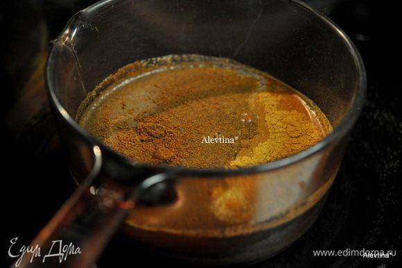 Приготовим в кастрюльке рассол, смешав в воде сахар, соль, черный перец, корицу,имбирь,гвоздику. Поставим на огонь , доведем на кипения, убавим огонь и помешиваем готовим 5 мин.ещё.