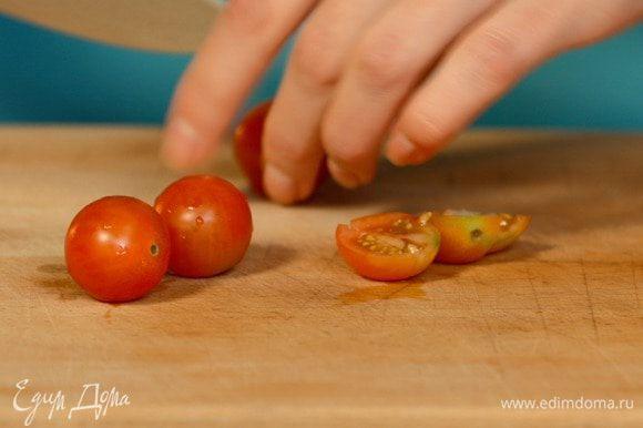 Помидоры черри и маслины без косточек нарезать кружочками.