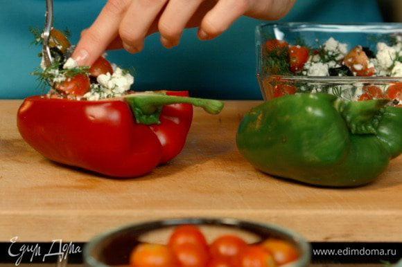 Заполнить половинки перцев получившейся массой, сверху присыпать сыром с плесенью.