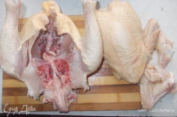С курицы я срезала грудку и крылышки.Если вы хотите сделать колбаску побольше,значит срежьте только крылышки.