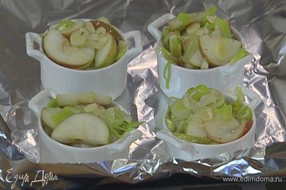Противень выстелить фольгой, поставить на него формы и запекать в разогретой духовке 15 минут.