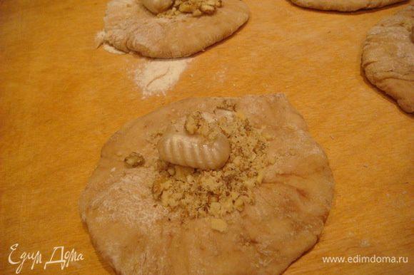 Раскатать,середину оставляем потолще,в центр 1 ст.л. орех и конфетку,защипнуть ,перевернуть и придать форму овала.