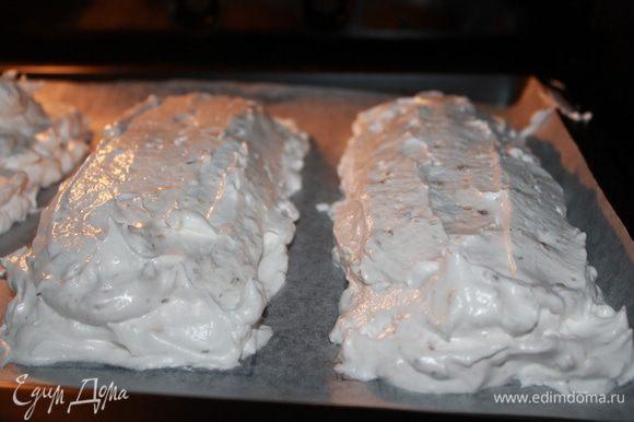 На пергаменте очертить 9*23 3 прямоугольника. Разогреть духовку на 110 градусов. ВСЁ ОЧЕНЬ ВАЖНО! Белки охлажённые, свежие, идеально отделённый от желтков. Посуда обезжиренная,сухая. Начинать взбивать на средней скорости с солью. Как появится пена, влить уксус, продолжая взбивать. Масса загустела-плотненькая, время всыпать сахар по столовой ложке без верха, не спеша. Скорость чуть выше уже, процесс готовность белков у меня занял 5 минут 30 секунд. Теперь добавить жареные раздробленные орехи в белки, аккуратно перемешать. Выкладывать коржи надо супер быстро, если медленно-то растекаются предательски. На обратную сторону пергамента выложить ровно по рисунку будущее безе и в духовку на сушку на 2 часа. Первый час духовку не открывать. По истечению времени коржи остудить при закрытой дверце. С первого раза у меня не получились коржи вообще, решила убавить сахар, безе липло к зубам.