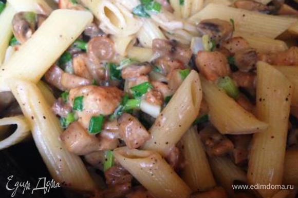 Макароны сварить, как указано на упаковке, отцедить, добавить в сковороду, туда же нарезанный зеленый лук и все вместе прогреть. Просто и вкусно! Приятного аппетита!