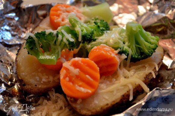 Замороженные овощи кладем в воду и отправляем на несколько минут в СВЧ или делаем как написано на упаковке, время зависит от кол-ва овощей. У меня заняло 3 мин. Картофель достанем из духовки, осторожно раскроем фольгу, разрежем каждый картофель напополам,выложим сверху масло сливочное по 1 ст.л, соль и перец, овощи теплые,сыр . Приятного аппетита.