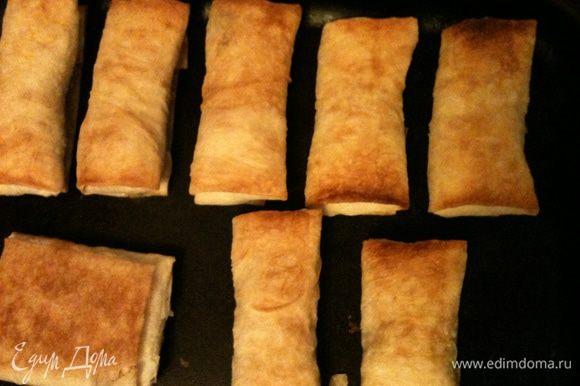 Приготовить пирожки как фаршированные блинчики. Уложить на смазанный противень. Сверху смазать кисточкой растительным маслом совсем немного и в духовку, запечь до золотистой корочки. Можно готовить с разными начинками как обычные пирожки, очень вкусно с луком и яйцом, с тушеной капустой, с ливером!