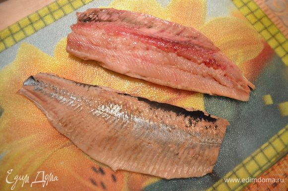 Чистим рыбу и разделываем её на филе, стараясь удалить косточки.
