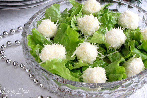 Выложить снежки сверху на салат. Готово!