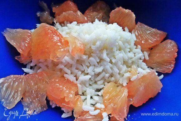 Рис заранее отварить,остудить. У меня ушло половина варочного пакетика с рисом. Грейпфрут отделить обязательно от плёнок и порвать на 3 части каждую дольку.