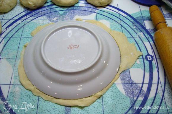 На рабочий стол просеять немного муки, раскатать каждую часть в тонкий пласт, вырезать круг, обведя, например, тарелку. Обрезки теста нам тоже пригодятся.
