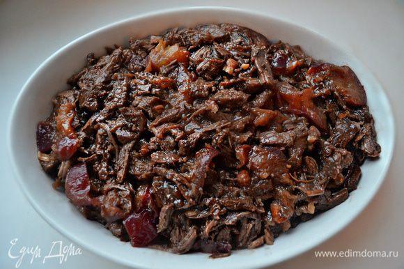 Если во время приготовления образовалось много жидкости, то необходимо немного уварить соус и перелить его к мясу (мне не пришлось этого делать). Мясо с соусом перемешать и разложить в форму для запекания или же в порционные формочки.