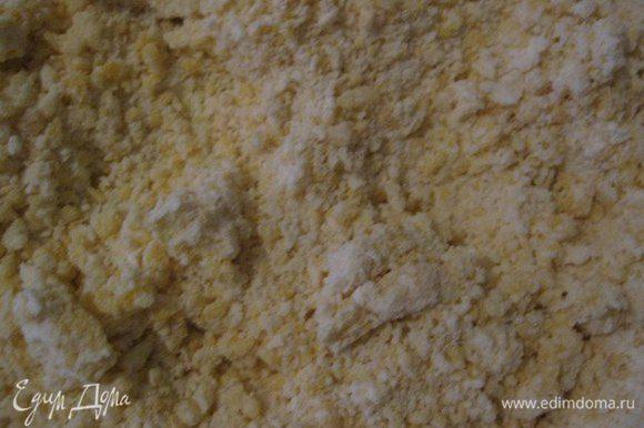 Добавить натертый на терке острый сыр и желтки. Хорошо перемешать. Немного посолить и поперчить. Перемешать.